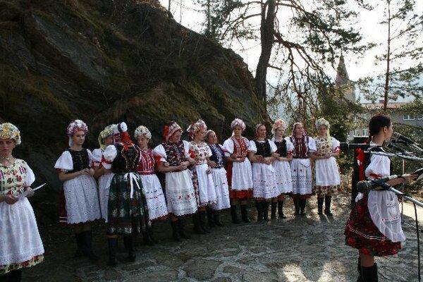 Folklórna skupina Stromíš zaspieva vianočné koledy na Vlachovskej gubajke.