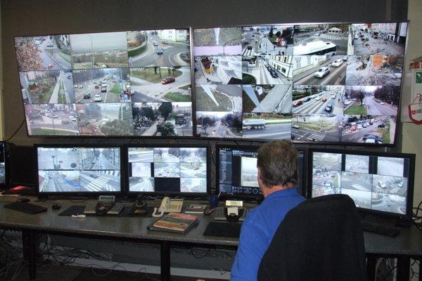 Výstupy z kamier (na fotke je len ich časť) sleduje jeden operátor.