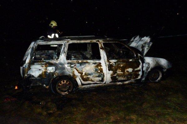 Polícia potvrdila, že auto bolo zapálené úmyselne.