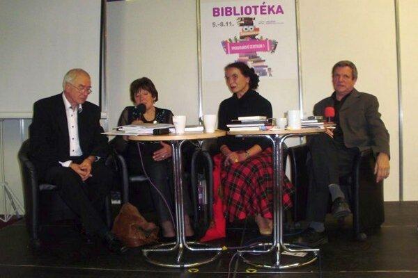 Vystúpenie Liptákov na pódiu počas Bibliotéky, zľava Jozef Daník, Iveta Zuskinová, Anna Ondrejková aŠtefan Packa.
