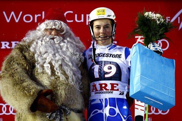 Slovenská lyžiarka   Petra Vlhová oslavuje na pódiu so Santa Clausom víťazstvo slalomu Svetového pohára v alpskom lyžovaní vo švédskom stredisku Aare.