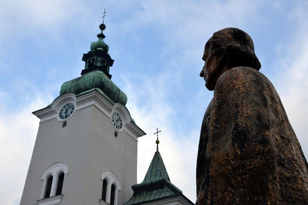 """""""Vďaka Pánu Bohu, že mi doprial česť venovať mojim rodákom a nášmu mestu Ružomberok túto sochu Andreja Hlinku,"""" znie nápis na podstavci diela s podpisom donora Ľudovíta Mišíka."""