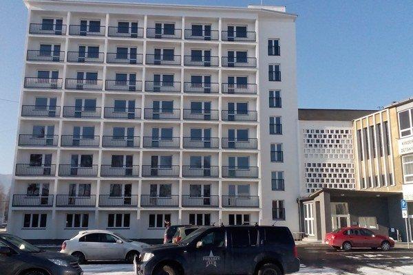 V osemposchodovej stavbe vedľa ružomberskej plavárne bude takmer päťdesiat nových bytov.