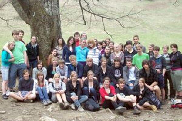 Slovenskí a belgickí študenti na spoločnom výlete.