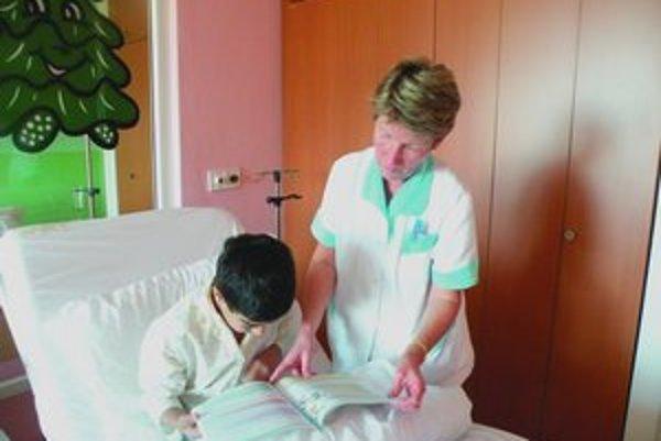 Sestričky malým pacientom nahrádzajú mamy.