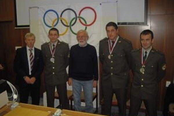 Dušan Litva a Ján Grexa s družstvom Akadémie ozbrojených síl.