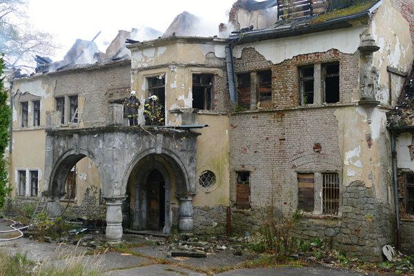 Hasiči likvidovali požiar na Kuneradskom zámku.