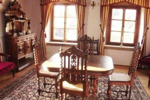 V Červenom salóniku môžu návštevníci obdivovať vynovený historický nábytok.