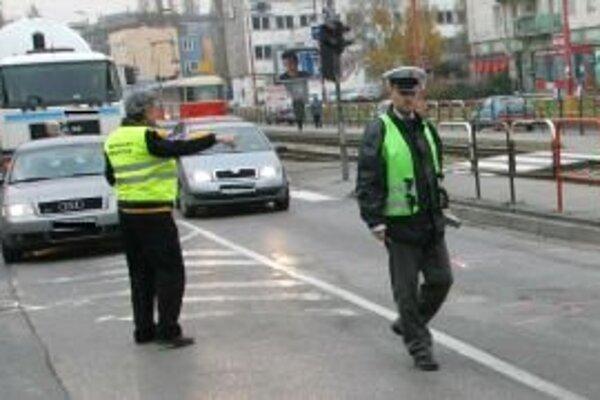 Až do 6. januára bude na cestách viac policajtov.
