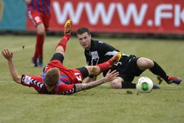 Seničan Peter Štepanovský (vľavo) padá v súboji o loptu s Ružomberčanom Lukášom Bielikom v zápase 20. kola futbalovej Corgoň ligy FK Senica - MFK Ružomberok.