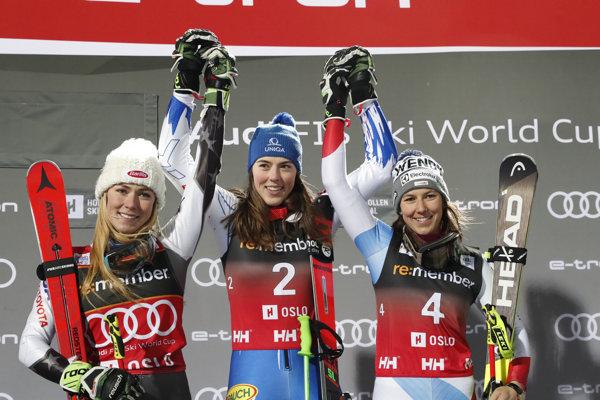Zľava Mikaela Shiffrinová, Petra Vlhová a Wendy Holdenerová.