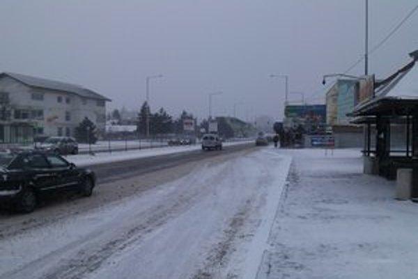 Na cestách je nafúkaná vrstva snehu.