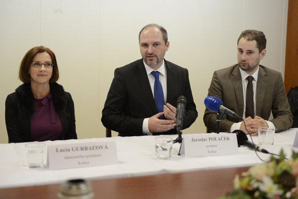 Na snímke uprostred primátor mesta Košice Jaroslav Polaček a noví námestníci, vľavo Lucia Gurbáľová, vpravo Marcel Gibóda.