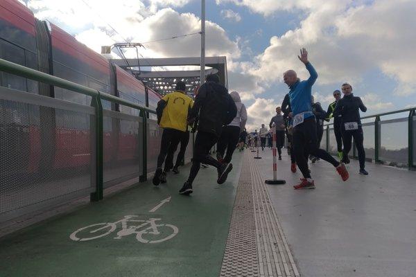 Počas 30. ročníka Silvestrovského behu cez bratislavské mosty sa bežali dvakrát po Starom moste.