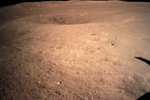 Záber odvrátenej strany Mesiaca zo sondy Čchang-e 4.