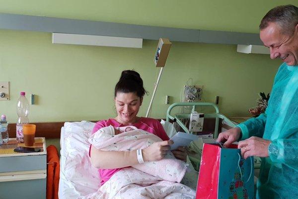 Mamičku s malou Ellou dnes navštívil aj primátor Ján Nosko.