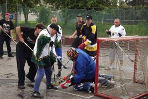 Rekordný počet desať tímov sa predstavil na hokejbalovom zápolení, ktoré mali po organizátorskej stránke pod palcom členovia Odboru mladých matičiarov v Liptovskom Mikuláši.