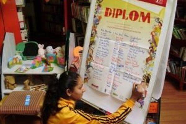 Účastníci najväčšieho čitateľského maratónu sa zapísali na diplom.