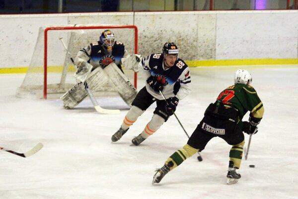 Dubnica (v bielom) hrala na ľade prvých Michaloviec.