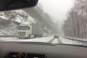Premávku pod Strečnom brzdil v sobotu dopoludnia kamión.