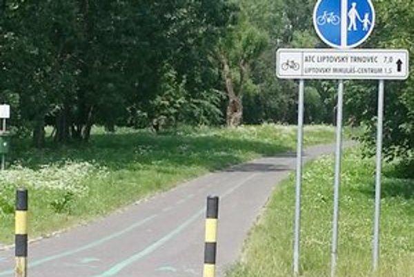 Chodník sa namaľovaním vodorovného značenia zmenil na kombinovaný chodník pre cyklistov aj pre chodcov.