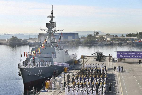 Fregatu s riadenými strelami Sahand, ktorú iránske sily predstavili v decembri, má sprevádzať nedávno zmodernizovaný zásobovací tanker Chárg.