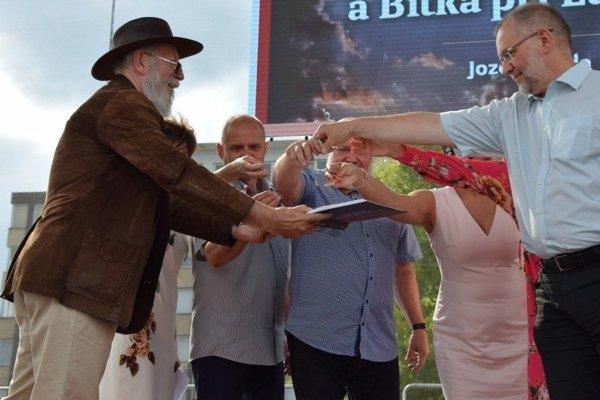 Jozef Klinda(prvý zľava) pri krste knihy Jan Jiskra z Brandýsa a Bitka pri Lučenci.
