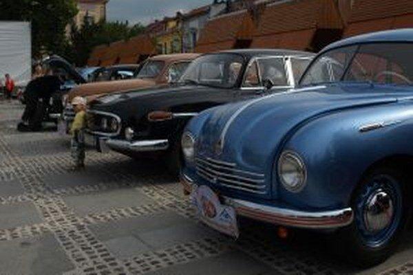 Aj na liptovskomikulášskom Námestí osloboditeľov si prídu na svoje fanúšikovia historických vozidiel.