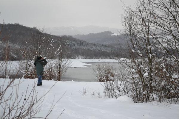 Zoológ Jozef Štofík pozoruje vodné vtáctvo na Starine.