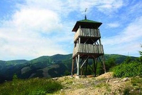 Drevené rozhľadne v liptovskom regióne do roku 2007 chýbali. Prvú postavili v Pavčinej Lehote, druhú na Ostredku (na fotografii).