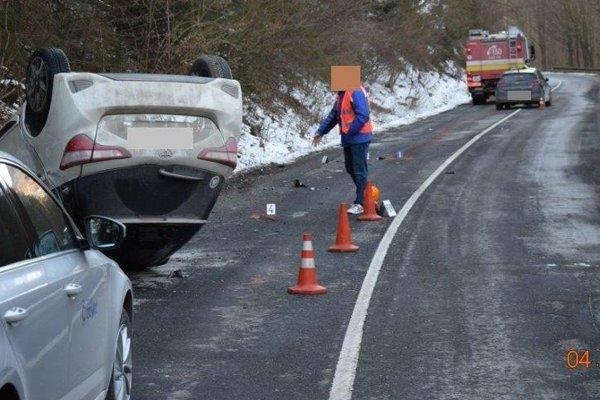 Vodič s vozidlom zn. Hyundai i30 prešiel do protismeru, kde došlo k zrážke s vozidlom Toyota Yaris, ktoré sa po zrážke prevrátilo na strechu.