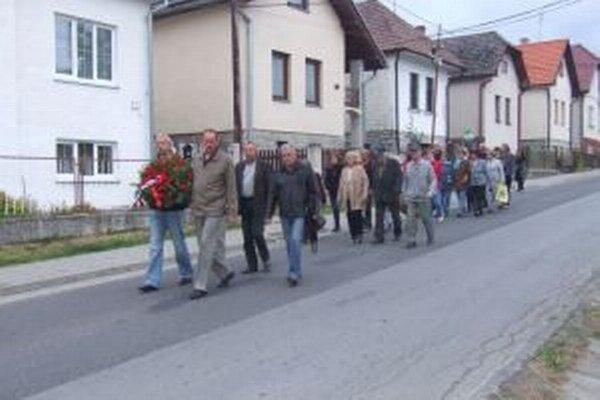 Pietneho aktu sa zúčastnili poslanci obecného zastupiteľstva, učitelia miestnych škôl a obyvatelia.