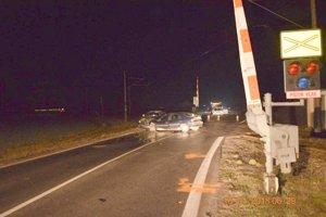 Námraza na začiatku roka spôsobila nehodu dvoch áut na železničnom priecestí medzi Kalnou nad Hronom a Veľkým Ďurom. Následne do auta narazil práve prichádzajú vlak.