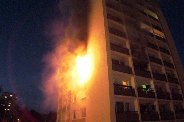 Požiar vznikol v byte staršej ženy, poškodil však viacero bytov.
