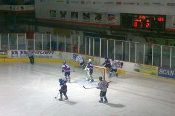 Hokejisti aj fanúšikovia mali konečne dôvod na radosť, keď sa mužstvo MHK 32 dostalo z poslednej priečky v tabuľke na desiatu.