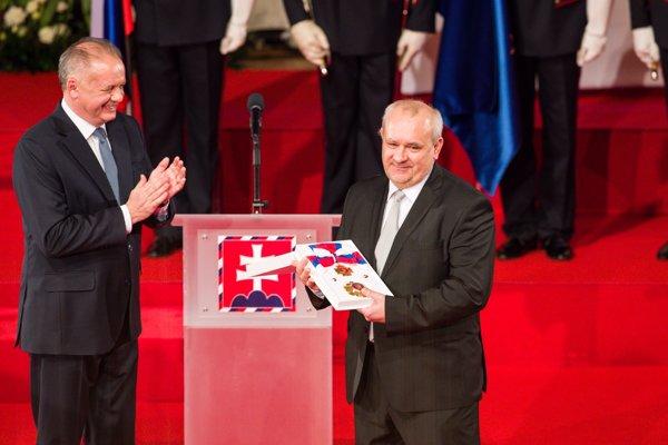 Generálny riaditeľ vydavateľstva Petit Press Alexej Fulmek si preberá štátne vyznamenanie.