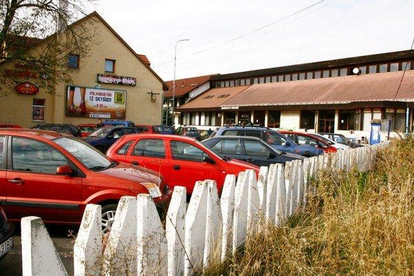 Na parkovisku pri stanici treba mať poriadnu dávku vodičskej zručnosti.