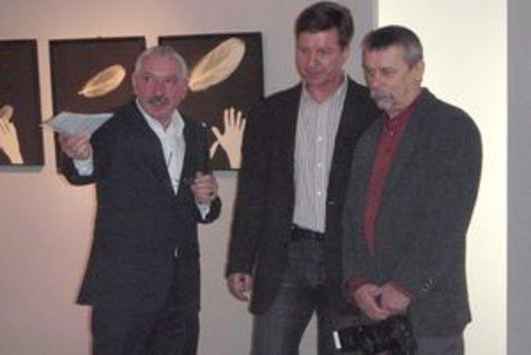 Na výstave. Zľava: Kurátor M. Mazúr, J. Horečný a fotograf J. Hulka.