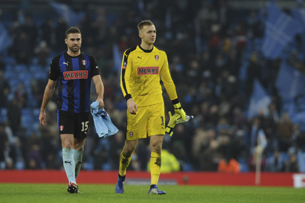 Futbalový gigant Manchester City v pohári druholigistu nešetril, slovenskému gólmanovi Marekovi Rodákovi (vpravo) nadelil sedem gólov.