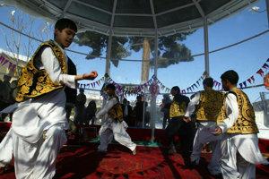 Títo mladí Afgánci netancujú pre potešenie svojich zotročiteľov.