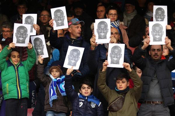 Fanúšikovia počas zápasu medzi Neapolom a Bolognou vyjadrujú podporuju hráčovi SSC Kalidouovi Koulibalymu, ktorý sa stal terčom rasizmu v zápase s Interom Miláno.