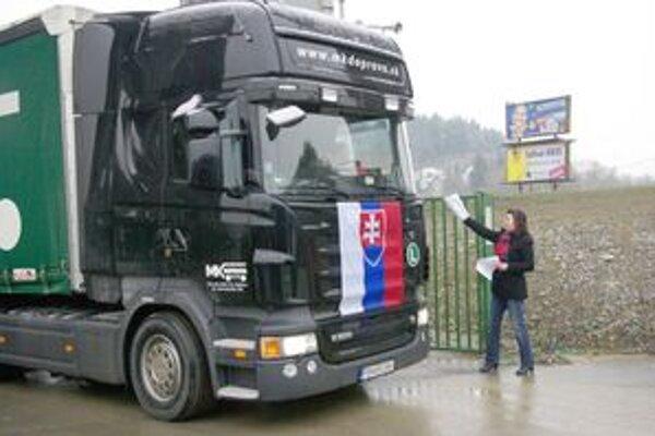 Nepresnosti a výška mýta odštartovali nespokojnosť a jazdy autodopravcov po celom Slovensku.