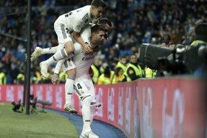Sergio Ramos so spoluhráčmi oslavuje svoj stý gól v kariére.