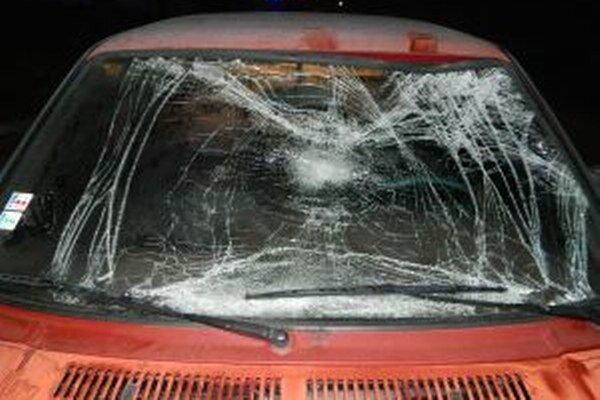 Predné sklo na automobile po zrážke chodca.