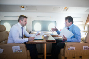 13. december 2018. Predseda vlády Peter Pellegrini a podpredseda Európskej komisie pre Energetickú úniu Maroš Šefčovič počas letu vládnym špeciálom na dvojdňové zasadnutie Európskej rady v Bruseli.