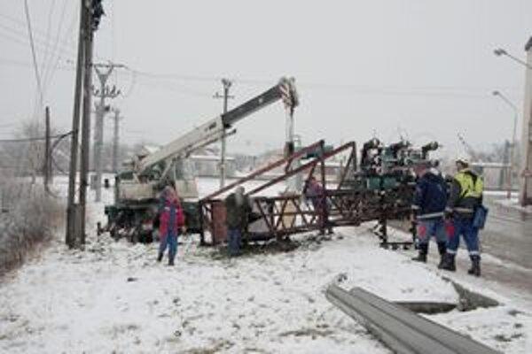 Pracovníci SSE pri odstraňovaní starej trafostanice.