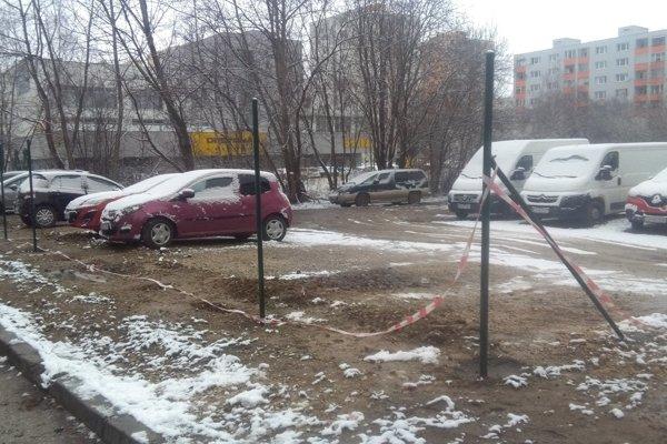Majiteľ pozemku na Platanovej ulici začal parkovisko oplocovať.
