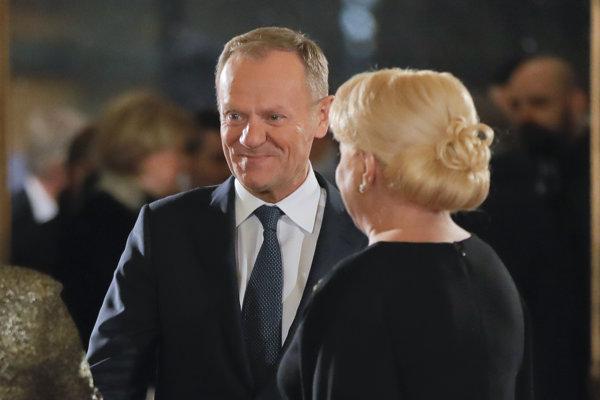 Predseda Európskej rady Donald Tusk (vľavo) sa rozpráva s rumunskou premiérkou Vioricou Dančilovou v budove koncertnej siene pri príležitosti začiatku predsedníctva Rumunska v Rade EÚ v Bukurešti 10. januára 2019.