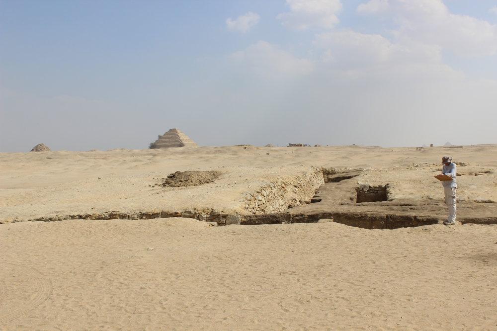 Dokumentácia v teréne, v južnom Abúsíre, na obzore Sakkára.