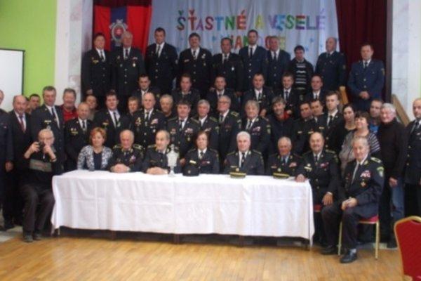 Spoločná snímka dobrovoľných hasičov.